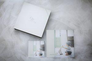 75枚のお写真が入るアルバムです。 同じ内容のミニスクエアアルバムもセットになっております。 全データUSB付きでの販売となります。 1か月後にご自宅にお届けいたします。